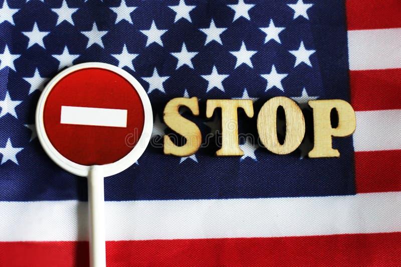 L'arrêt de route se connectent un fond de drapeau de l'Amérique images libres de droits