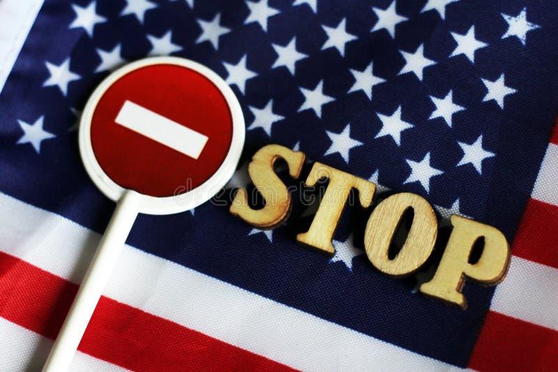 L'arrêt de route se connectent un fond de drapeau de l'Amérique images stock