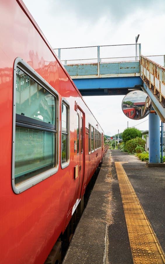 L'arrêt rouge de train à la station photographie stock
