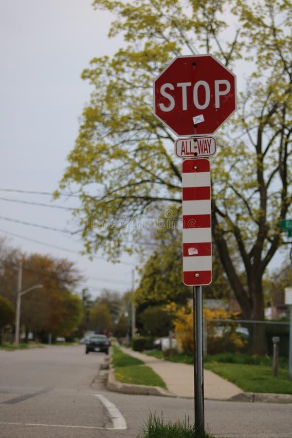 L'arrêt signent dedans la rue de voisinage images stock