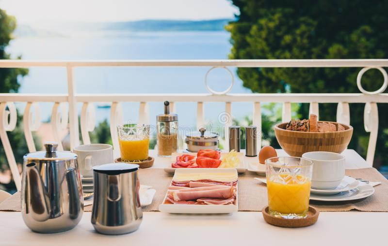 L'arrangement continental de table de petit déjeuner de matin avec la vue de mer est ser images libres de droits
