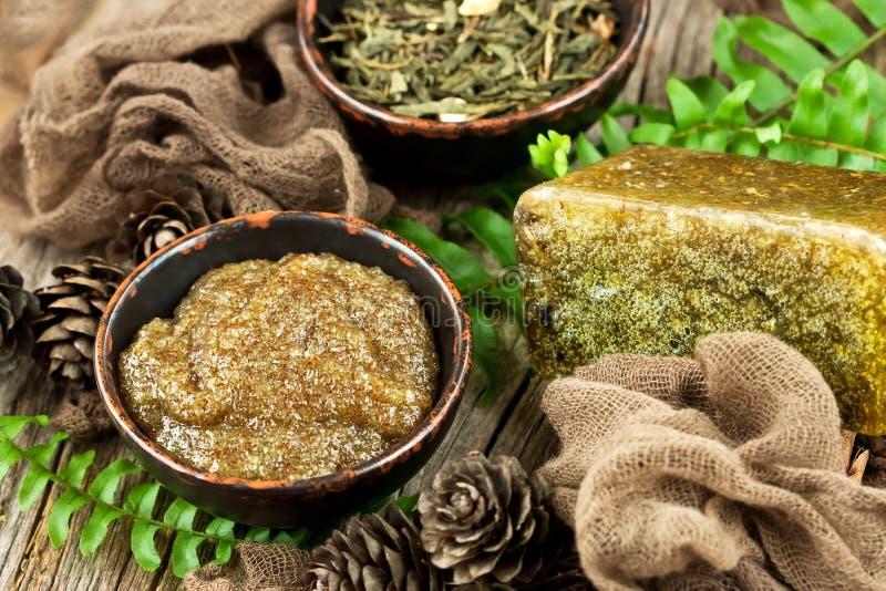 L'arrangement de fines herbes de station thermale avec crème-frottent et savon naturel image libre de droits