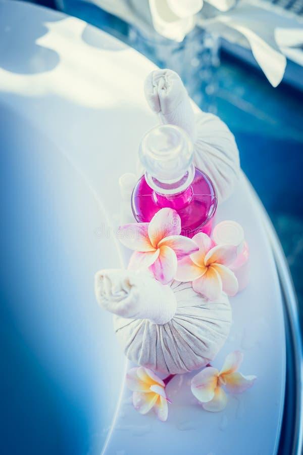 L'arrangement de station thermale ou de bien-être avec le timbre de massage, les fleurs de frangipani et le corps s'inquiètent de photographie stock