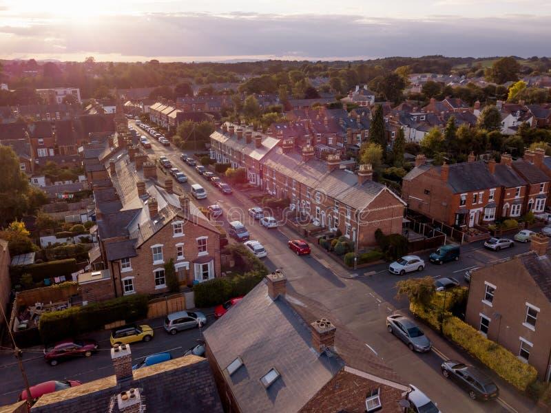 L'arrangement de Sun avec l'effet atmosph?rique au-dessus des maisons britanniques traditionnelles et l'arbre a ray? des rues photos libres de droits