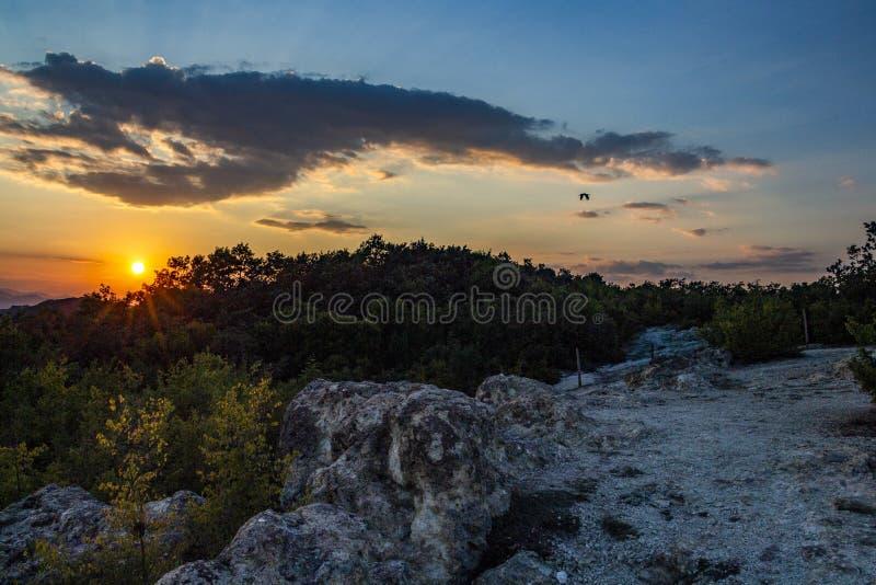 L'arrangement du soleil au-dessus des champignons en pierre près du village de Beli Plast, Bulgarie photographie stock libre de droits