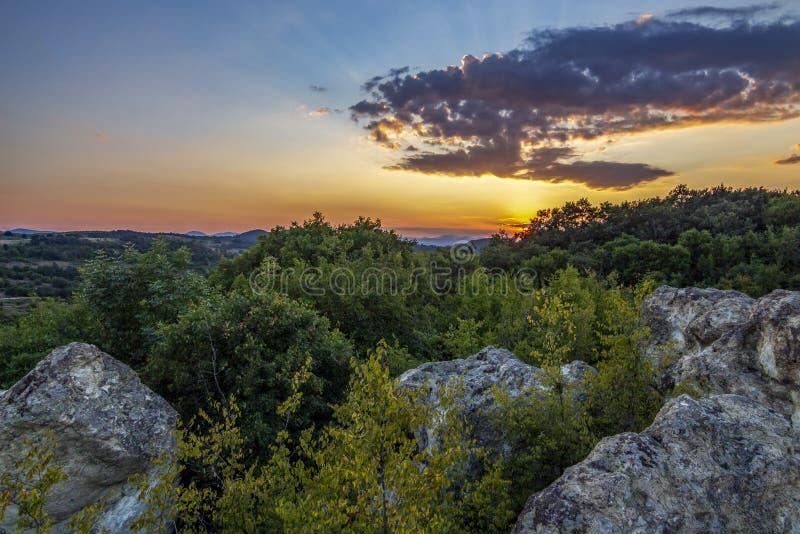 L'arrangement du soleil au-dessus des champignons en pierre près du village de Beli Plast, Bulgarie photographie stock