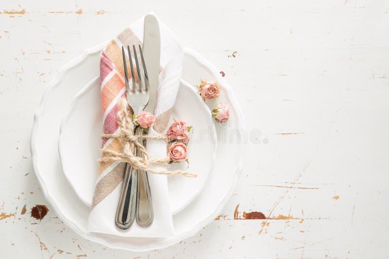 L'arrangement romantique de table avec est mort des fleurs photos stock