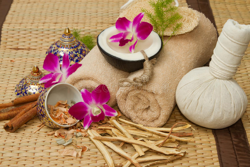 L'arrangement thaïlandais de massage de station thermale, huile de massage, corps frottent, des serviettes, Cinna photo libre de droits