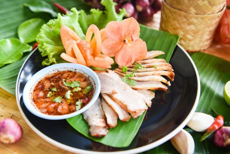 L'arrosto maiale ha affettato la carne di maiale al forno grigliata con salsa piccante e le erbe del riso appiccicoso aromatizza  fotografie stock