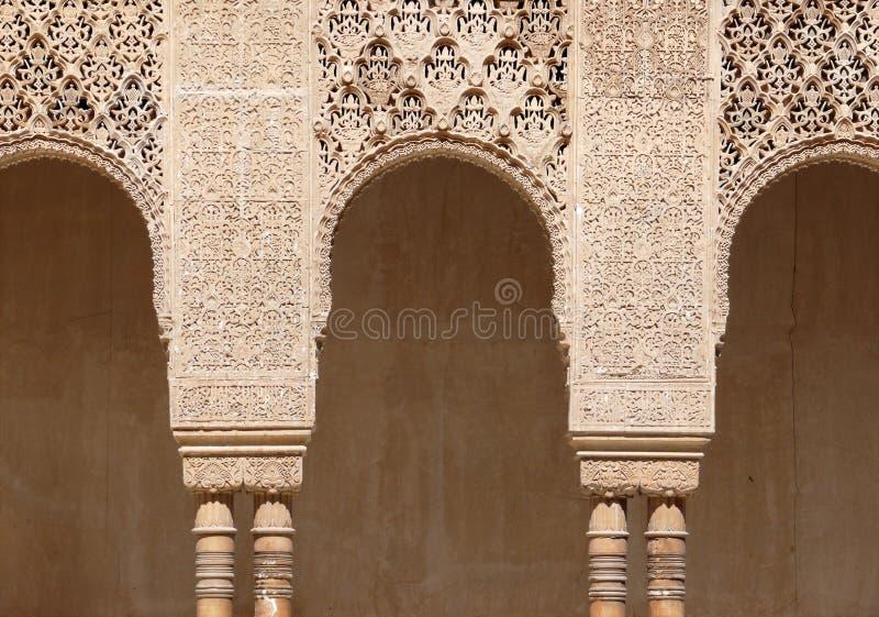 l'art de voûtes d'alhambra a gravé islamique photo libre de droits