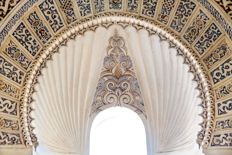 L'art islamique a décoré la fenêtre de voûte photographie stock libre de droits