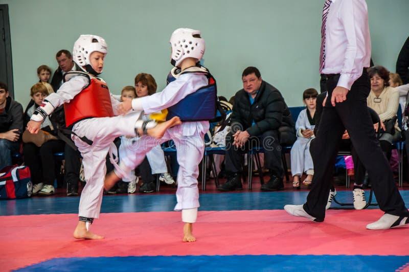 Concorsi del Taekwondo fra i bambini immagini stock