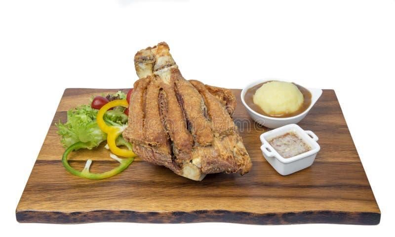 L'articulation cuite à la friteuse de porc a servi avec de la salade et la pomme de terre fraîches photo stock