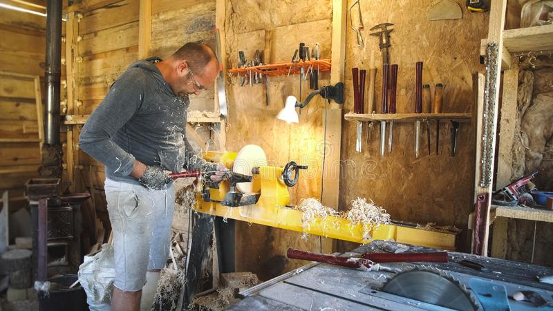 L'artigiano lavora con il pezzo in lavorazione in officina fotografia stock libera da diritti