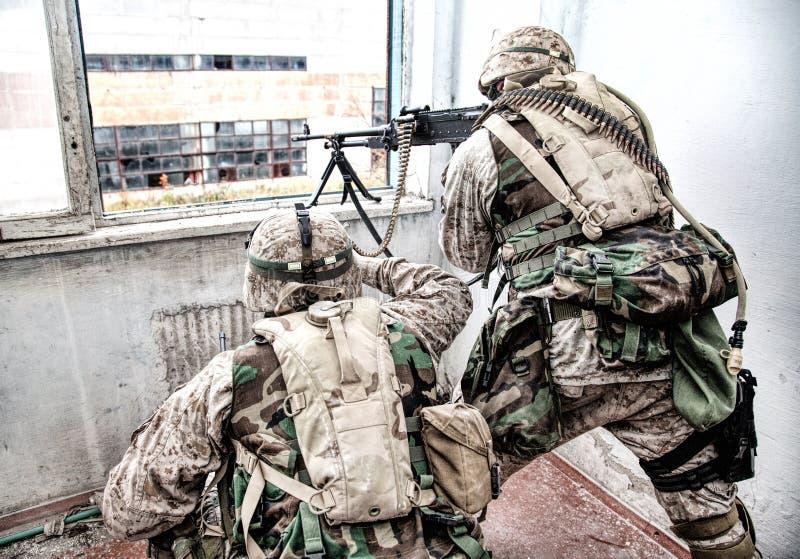 L'artilleur de machine d'armée attaque l'ennemi avec le feu visé photos libres de droits