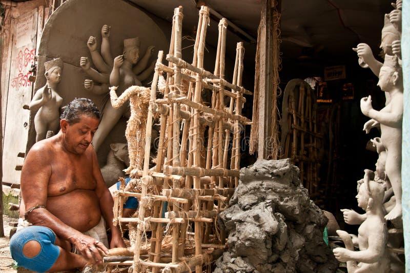 L'artisan établit le cadre pour produire des idoles photo libre de droits