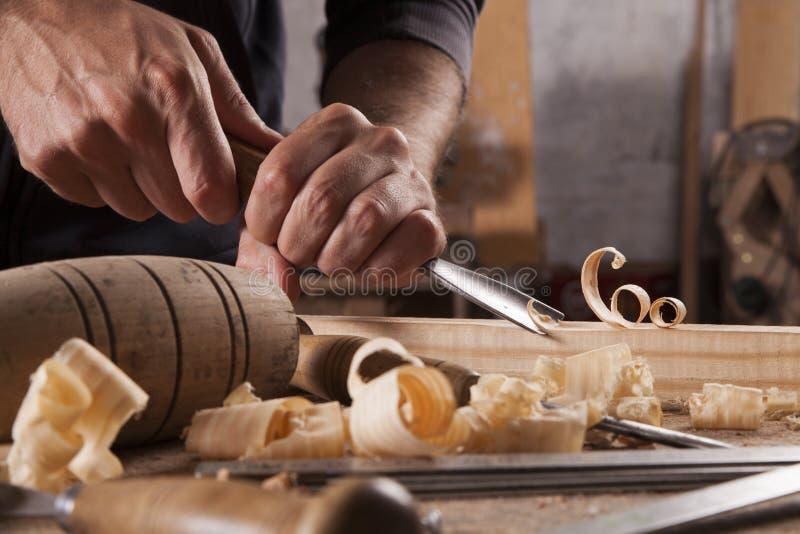 L'artisan découpent avec une gouge photographie stock libre de droits