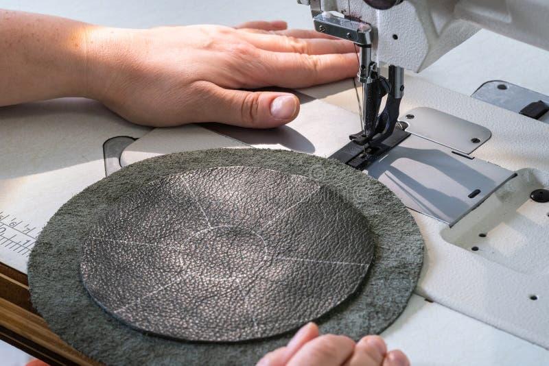 L'artisan dispose à coudre sur la machine à coudre images stock