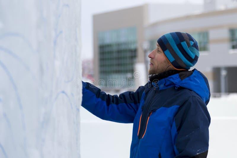 L'artista attinge il blocco di ghiaccio fotografie stock