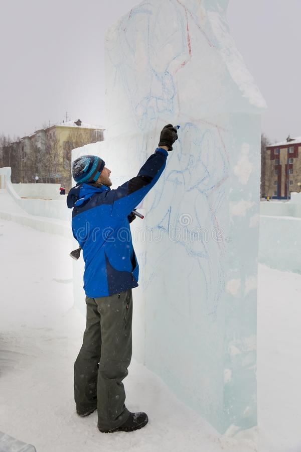 L'artista attinge il blocco di ghiaccio fotografia stock