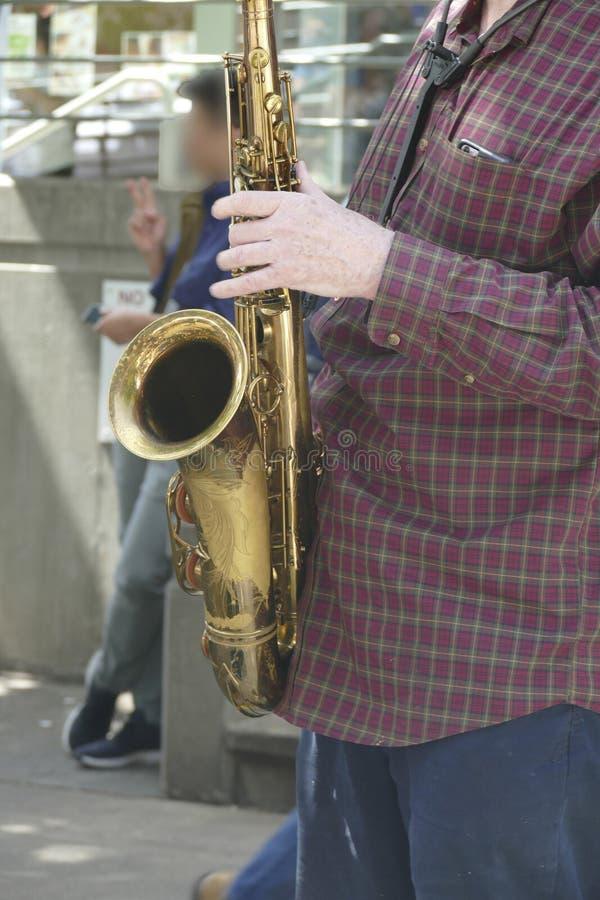 L'artista di Saxaphone gioca correttamente il jazz alla cinquantesimo via annuale del distretto dell'universit? fotografia stock libera da diritti