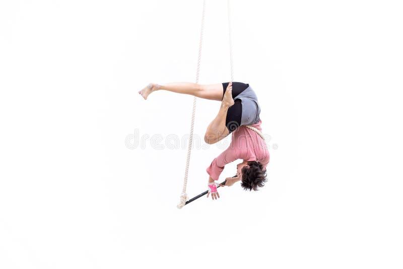 L'artista di trapezio ha appeso sottosopra durante la sua prestazione fotografia stock