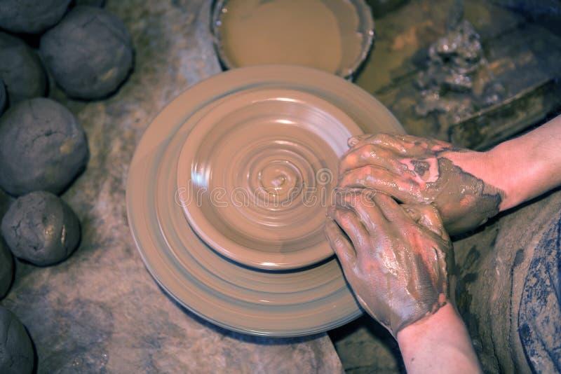 L'artiste d'artisan faisant le métier, la poterie, sculpteur de frais a mouillé images libres de droits