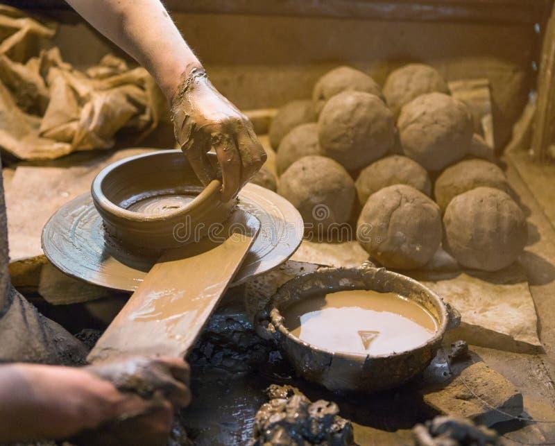 L'artiste d'artisan faisant le métier, la poterie, sculpteur de frais a mouillé photos stock