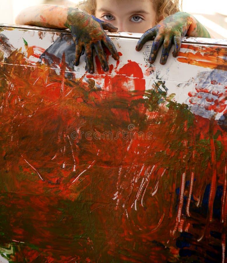 L'artiste d'enfants remet à peinture des couleurs multi images libres de droits