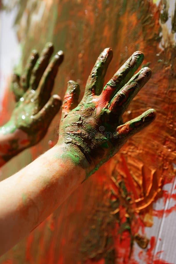 L'artiste d'enfants remet à peinture des couleurs multi images stock