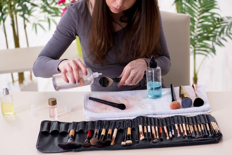 L'artiste de maquillage préparant des brosses pour le travail photo stock