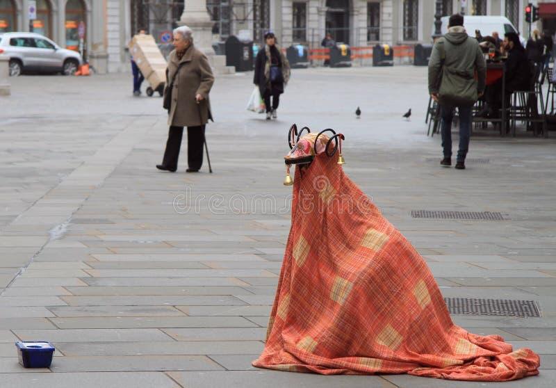 L'artiste de rue dans le costume étrange amuse des passants image libre de droits