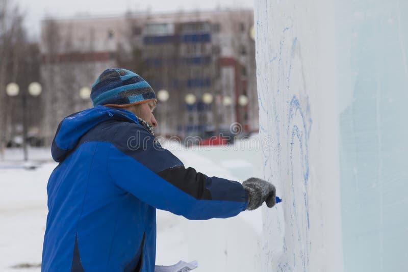 L'artiste dessine sur le bloc de glace images libres de droits