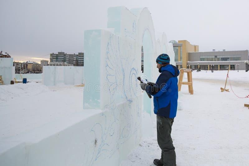 L'artiste dessine sur le bloc de glace photos stock