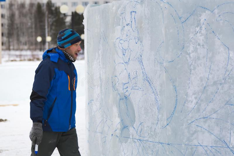 L'artiste dessine sur le bloc de glace photo libre de droits