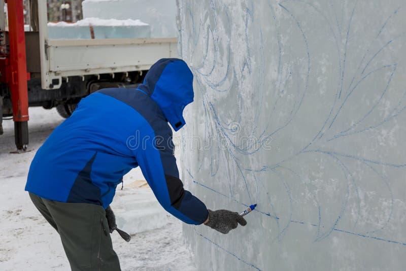 L'artiste dessine sur le bloc de glace images stock