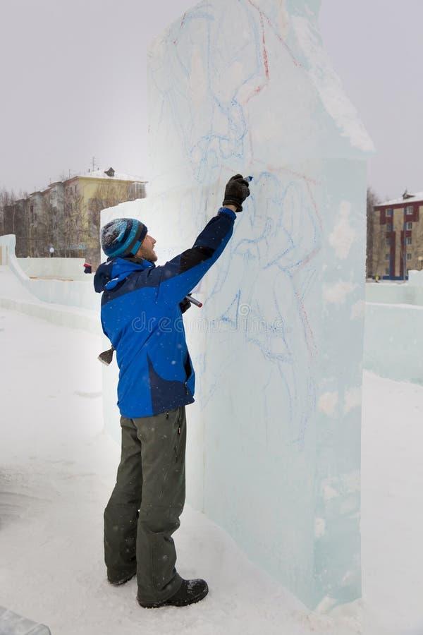 L'artiste dessine sur le bloc de glace photographie stock