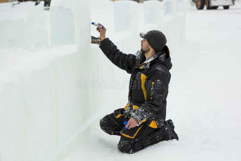 L'artiste dessine sur le bloc de glace image stock