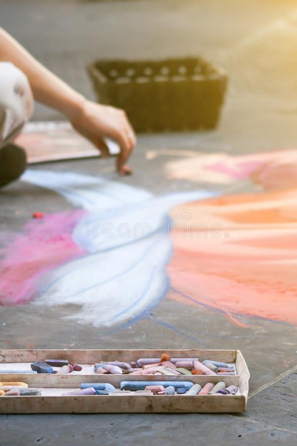 L'artiste peint un tableau avec la craie sur l'asphalte photos libres de droits
