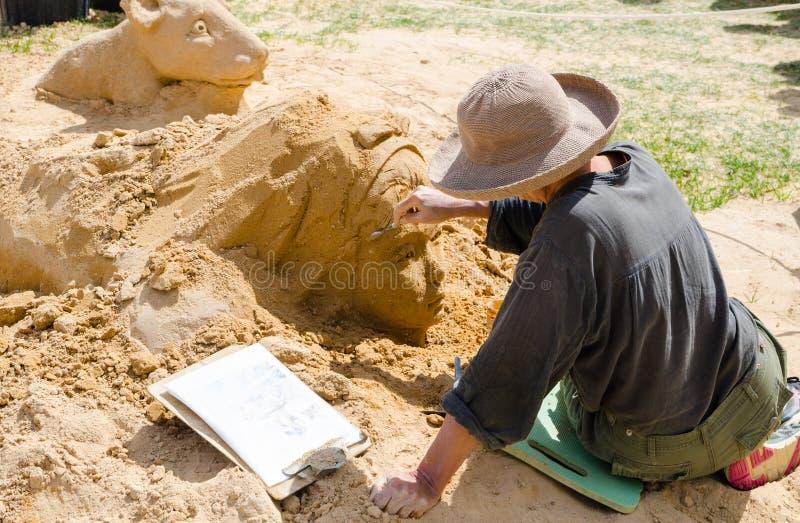 L'artiste sculpte le visage de fille en sable à l'exposition du pays des merveilles, parc d'expositions de Blacktown photographie stock libre de droits