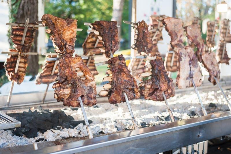 L'asado argentin traditionnel a rôti la viande grillée par agneau photo libre de droits