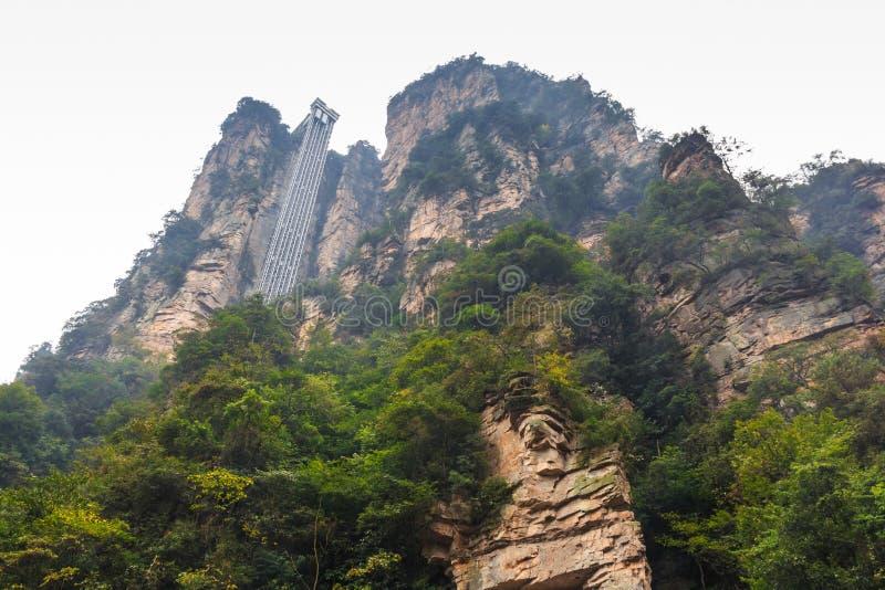 L'ascenseur pour portent un passager au dessus de la montagne au parc national de Zhangjiajie (shan tian de zhi) (la réserve natu image stock