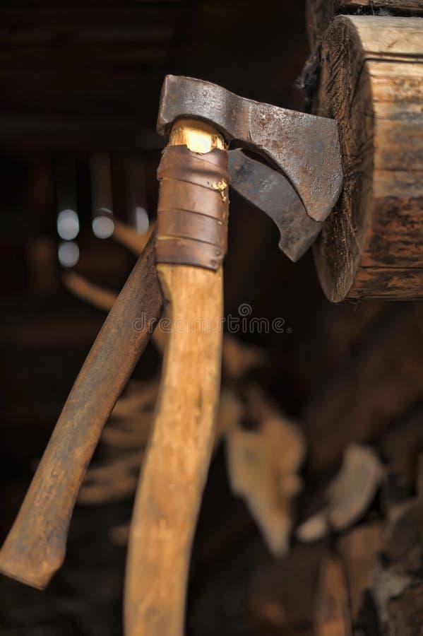 L'ascia ha spinto in una struttura di legno immagini stock libere da diritti