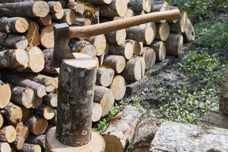 L'ascia o l'ascia per tagliare i tronchi di legno è pronta per tagliare il legname immagini stock