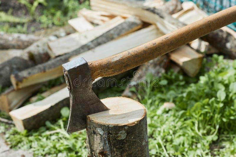 L'ascia o l'ascia per tagliare i tronchi di legno è pronta per tagliare il legname fotografie stock