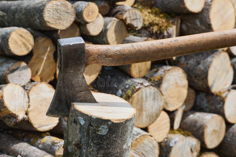 L'ascia o l'ascia per tagliare i tronchi di legno è pronta per il taglio del tempo fotografia stock libera da diritti