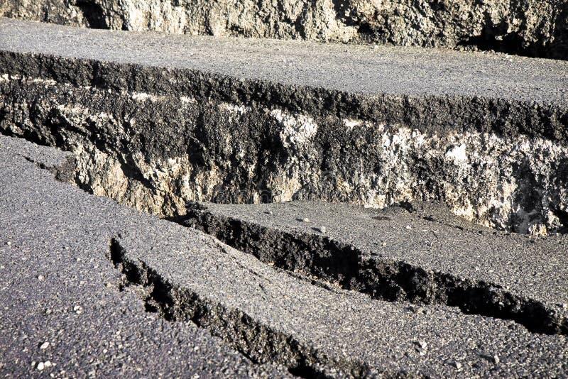L'asfalto incrinato collega il fondo - immagine di concetto fotografia stock