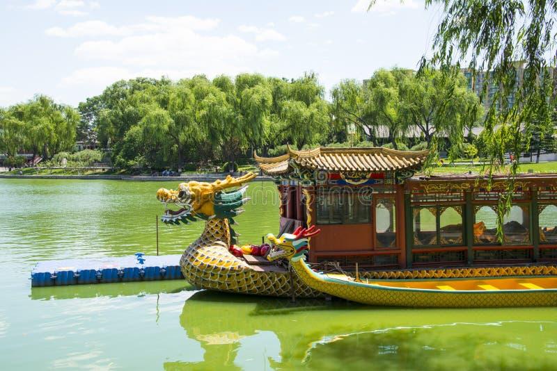 L'Asia parco di Cina, Pechino, lago Longtan, Dragon Boat fotografie stock