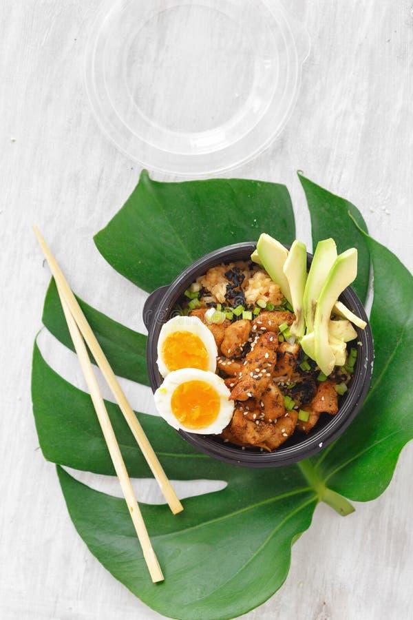 L'asiatico porta via la ciotola del colpo dell'alimento due ha fritto la vista superiore della scatola delle uova della carne di  immagini stock libere da diritti