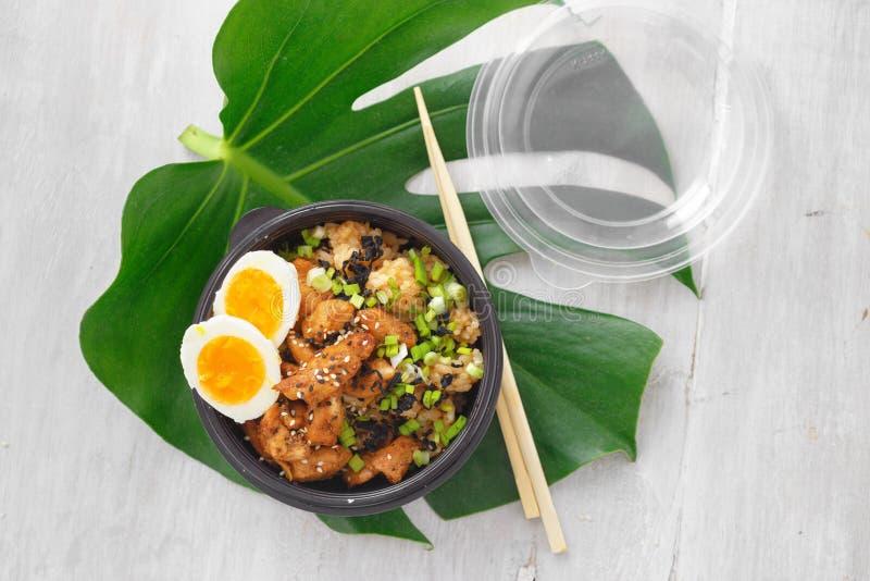 L'asiatico porta via la ciotola del colpo dell'alimento due ha fritto la vista superiore della scatola delle uova della carne di  fotografia stock libera da diritti